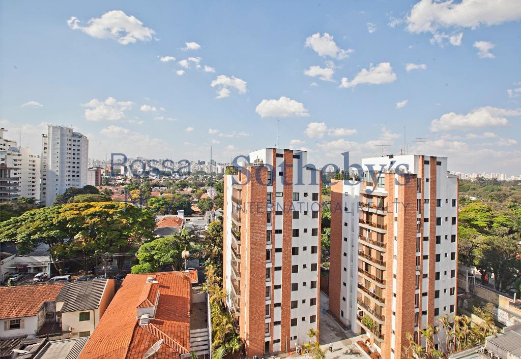 Apartamento iluminado, com vista para a parte das casas da Vila Nova Conceição, a poucos metros do parque do Ibirapuera.