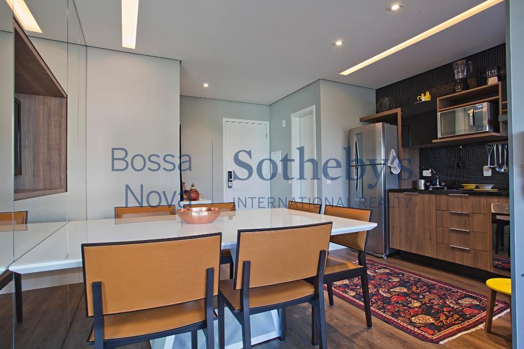 Apartamento decorado com móveis assinados e personalizados