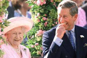 EL PRÍNCIPE Carlos y la reina. Él la apoya mucho en su trabajo real.