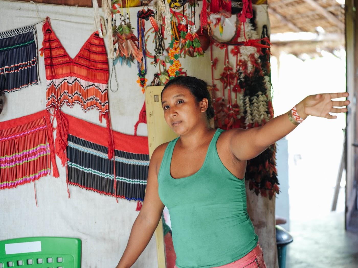 Kuda Tembé unterrichtet ihre Schüler in einem Klassenzimmer in Tembé, der Muttersprache des Stammes.