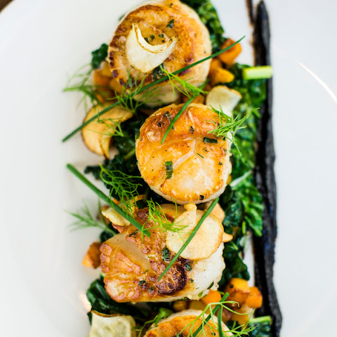 Divers Scallops with Kale and Sunchoke Chips