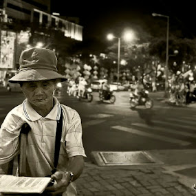 lottery man by Boris Jakesevic - People Street & Candids ( street, bw, vietnam, travel, saigon, people )