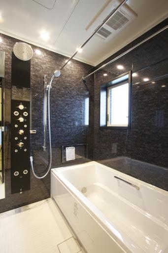 2階:浴室TV・浴室暖房乾燥機・オーバーヘッドシャワーが完備された広々とした浴室。