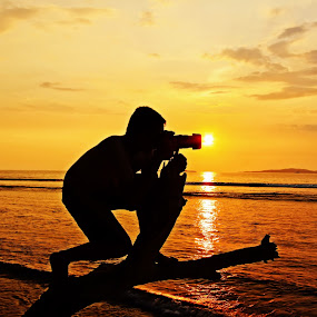 :: shoot the sun :: by Novra Ayamo - Landscapes Sunsets & Sunrises ( indonesia, silhoutte, carocokbeach, landscape, westsumatra )