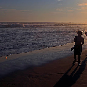 Kids at sunset by Cristobal Garciaferro Rubio - People Street & Candids ( water, shore, sand, pwcsilhouettemotion, sunset, sea, kid )