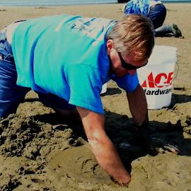 Clamming in Oregon by Liz Hahn - Sports & Fitness Other Sports ( august crabbing )