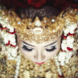 The Bride of South Sumatera by Tofan Wisuda Nova - Wedding Bride ( canon, ethnic, palembang, southsumatera, goldy, indonesia, wedding, gold, bride, lahat, sumateraselatan )