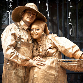 Pareja estatua en Usaquen by Camilo Monery - People Couples