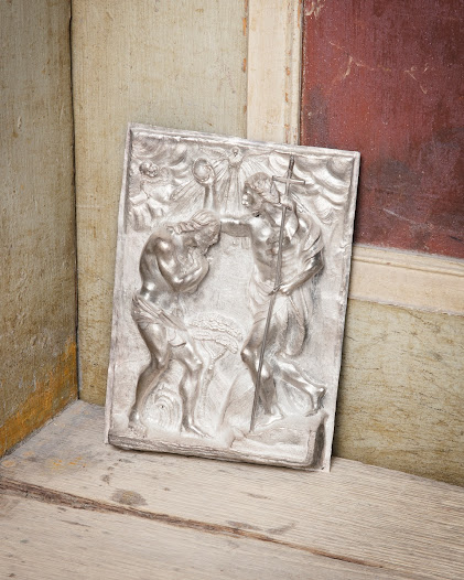 Silverreliefen visar hur Johannes döper Jesus. Den är tillverkad runt år 1700 någonstans i Centraleuropa.