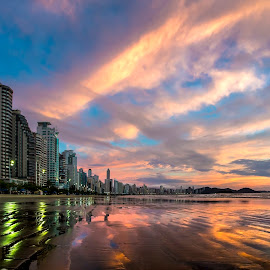 Camboriú Beach at Dawn by Rqserra Henrique - Landscapes Beaches ( clouds, brazil, dawn, rqserra, colorfull, beach, reflexes, balneariocamboriu,  )