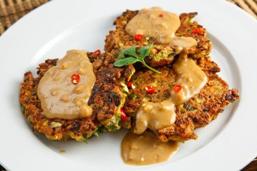 Thai Curried Zucchini Fritters with Spicy Peanut Sauce Recept | Yummly