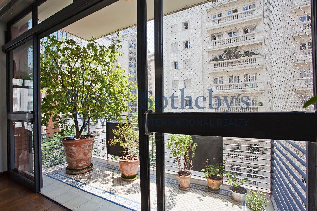 Apartamento claro em rua arborizada no Jardim América