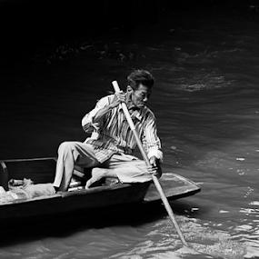 floating market _bangkok by Vyom Saxena - Black & White Street & Candid ( bangkok, floating market, thailand, damnoen saduak, boat )