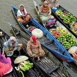 Lok Baintan Traditional Floating Market, South Borneo by Fuad Arief - People Street & Candids