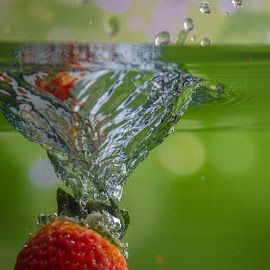 Splashing Strawberry by Adriano Freire - Food & Drink Fruits & Vegetables ( mergulho, agua, splash, fruta, morango, strawberry )