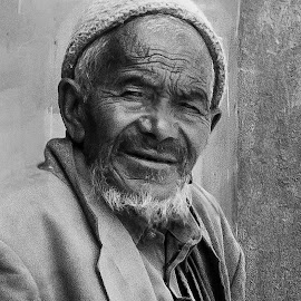 intrigued by Prabhat Kumar - People Portraits of Men ( black and white, india, close up, people, portrait )