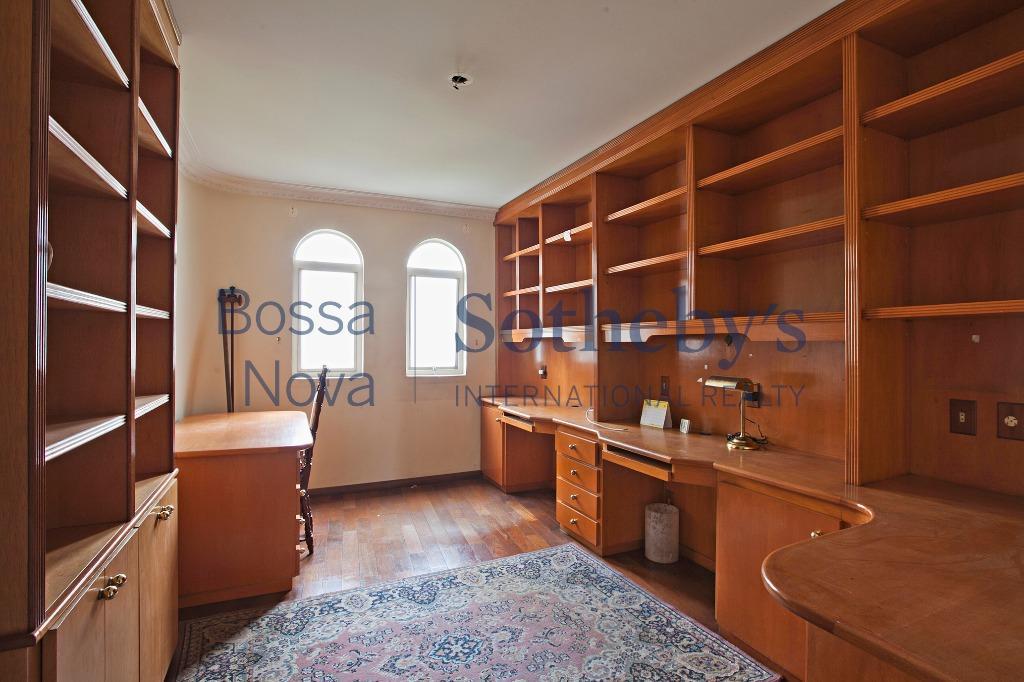 Apartamento amplo em andar alto.