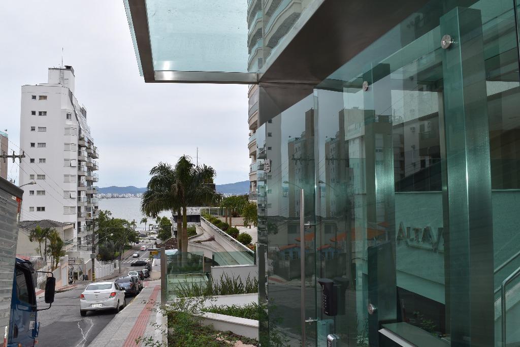 Apartamento NOVO com 3 suítes à venda no Centro de Florianóp...