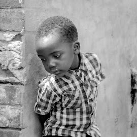 emotional kid by Gerrit de Graaff - People Street & Candids ( young boy, streetphotography, street life, emotional, black and white, street, pour, kids portrait, emotion, street photography, kid )