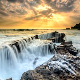 déchiqueté by Raung Binaia - Landscapes Beaches