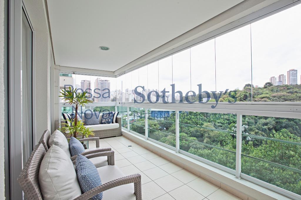 Elegante apartamento cercado por verde