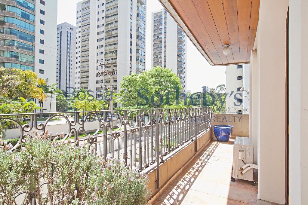 Apartamento Duplex impecável em rua tranquila e arborizada