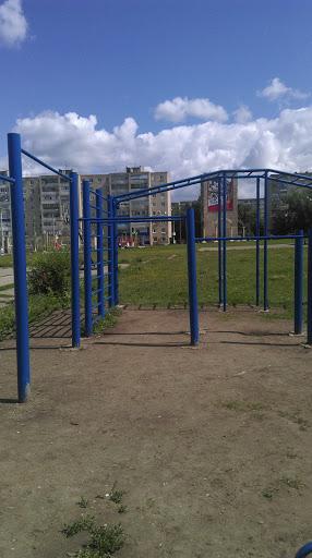 Синяя спортивная площадка