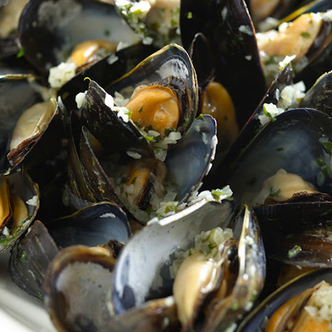 Moules Marinière (Mussels Mariner-Style)