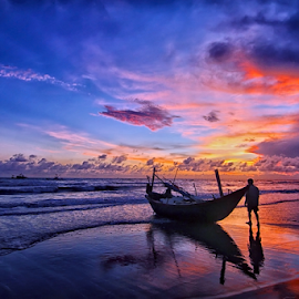 Boat and man. by Do AmateurPic - Transportation Boats ( dawn, bắc tiếu, sea, vietnam, seascape, sunrise, boat, amateurpic, man )