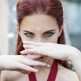 Dancer by Fernanda Magalhaes - People Musicians & Entertainers ( woman, green eyes, retrato, beauty, close up, portrait, dancer )