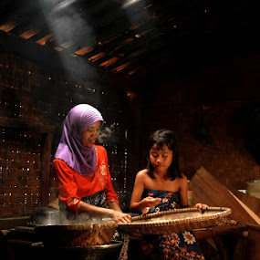 Cooking with my daughter... by Baron Danardono Wibowo - People Portraits of Women