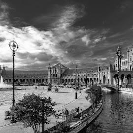 plaza España, Sevilla b&w by Roberto Gonzalo Romero - City,  Street & Park  Vistas ( plaza españa, sevilla )