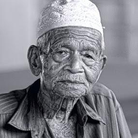 meniti usia by Asrul CikguOwn - People Portraits of Men