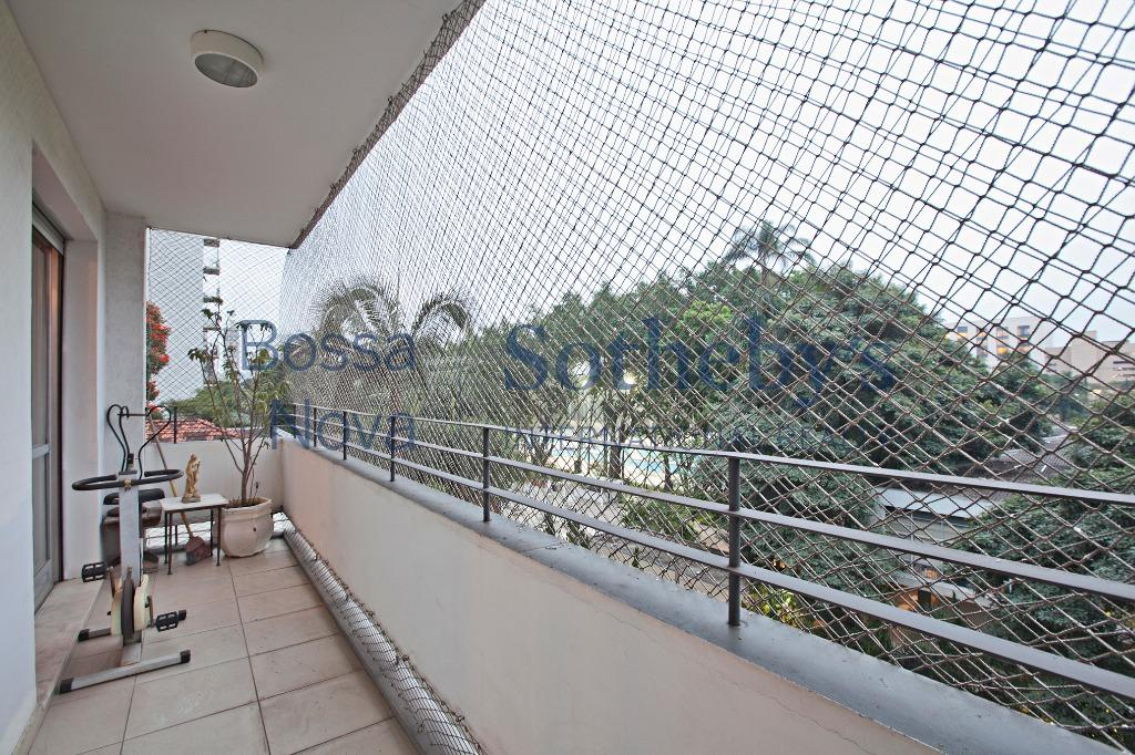 Apartamento reformado frente ao clube Pinheiros