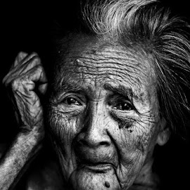 Beauty by Pedro Penduko - Black & White Portraits & People ( black and white, woman, old woman, portrait, grandmother )