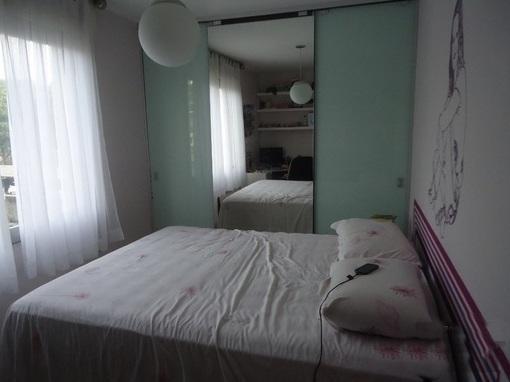 Apartamento com 1 dormitório, living, cozinha, banheiro social, área de serviço e 2 vagas de garagem.