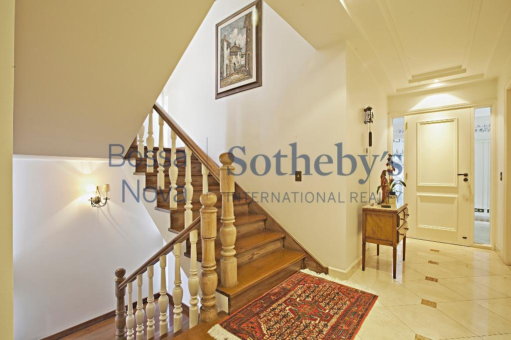 Fantástica casa, com sala de cinema, piscina, área gourmet e muito arborizada.
