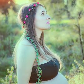 Waiting by Elsa Santos - People Maternity