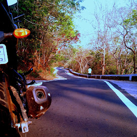 on our way to Kapilasa Temple..... started at 03:15 am with the morning tea and off for 100 kms from Bhubaneswar....and gt a nice angle as I checked the air pressure and brakes.... by Vaibhav Kumar - Landscapes Travel