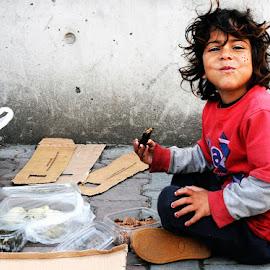 Gülümse Çocuk by Umit Kozan - Babies & Children Child Portraits ( gülümsemek, kaldırım, çocuk, açlık, sokak )