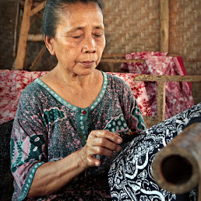 Making Batik by Rudi Yanto - People Street & Candids