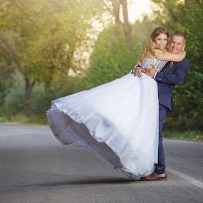 Spin love by MIHAI CHIPER - Wedding Bride & Groom