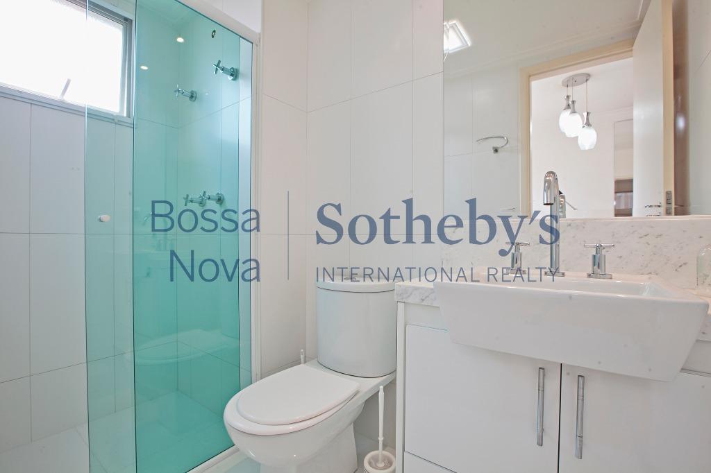 Amplo apartamento Vila Romana em rua residencial