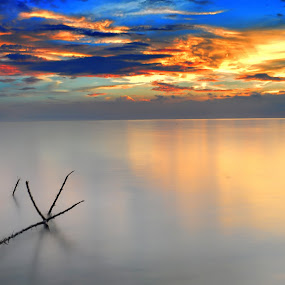 =Terjepit di Tepian Kaca= by Wiji Yudhi - Landscapes Waterscapes ( mirrorr, sea, beach, object, landscape, panorama, soft, sky, red, blue, artistic, after sunset, slow speed )