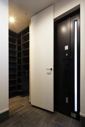 【SIC】玄関とホールの2方向につながるシューズインクローゼット。