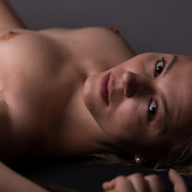 Look in my eyes by Tomas Fensterseifer - Nudes & Boudoir Artistic Nude ( studio, nude, woman, portrait )