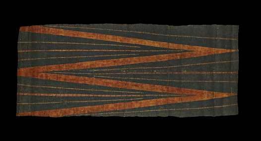 This garment is made of a special type of ribbed cloth known as <i>kua'ula</i>, which was used for men's loincloths in the late 1700s. Bold, angular designs characterise Hawaiian barkcloth from this period. The zigzag motif symbolises the spine, a sacred part of the body in eastern Polynesia because of its associations with ancestors and genealogy.