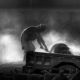 Mazdor by Abdul Rehman - Black & White Street & Candid ( labor, wheat, pakistan, grains, dust, summer )