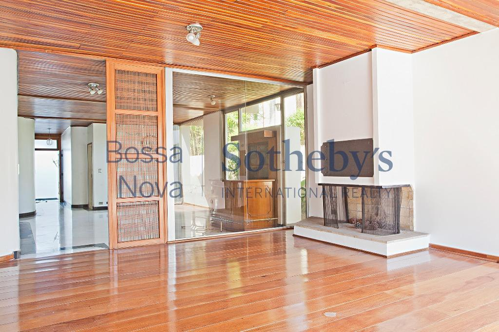 Casa em excelente localização no bairro, próximo à praça e Parque Vila Lobos