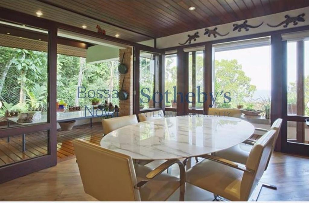 Casa em condomínio, com piscina de nascente natural